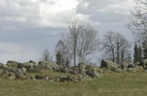 II aastatuhande algusest on teada kolme kivikalme asukohad - Tõhela külas Kunderi, Kirikali ja Mäe talude ümbruses.